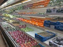 Διάφορα φρούτα και λαχανικά στις πωλήσεις Στοκ Εικόνες