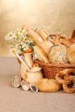 Διάφορα ψημένα προϊόντα στο ψάθινο καλάθι στοκ φωτογραφία