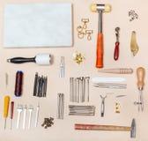 Διάφορα όργανα τεχνών δέρματος και μαρμάρινος πίνακας Στοκ Εικόνες