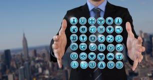 Διάφορα app εικονίδια και επιχειρηματίας με την παλάμη χεριών ανοικτή στην πόλη Στοκ εικόνες με δικαίωμα ελεύθερης χρήσης