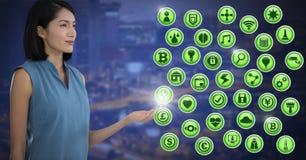 Διάφορα app εικονίδια και επιχειρηματίας με την παλάμη χεριών ανοικτή στην πόλη τη νύχτα Στοκ Φωτογραφίες