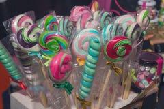 Διάφορα lollipops αντίθετο στενό σε έναν επάνω στοκ εικόνες