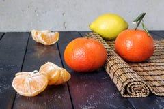 Διάφορα tangerines και λεμόνια Στοκ εικόνα με δικαίωμα ελεύθερης χρήσης