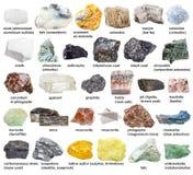 Διάφορες ακατέργαστες ορυκτές πέτρες με τα ονόματα που απομονώνονται Στοκ φωτογραφία με δικαίωμα ελεύθερης χρήσης