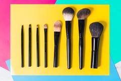 Διάφορες βούρτσες makeup σε ένα φωτεινό κίτρινο υπόβαθρο, κινηματογράφηση σε πρώτο πλάνο, Στοκ Φωτογραφία
