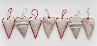 Διάφορες καρδιές από ένα ύφασμα στο λευκό Στοκ φωτογραφίες με δικαίωμα ελεύθερης χρήσης