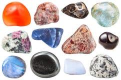 Διάφορες πεφμένες διακοσμητικές πέτρες πολύτιμων λίθων που απομονώνονται Στοκ Φωτογραφίες
