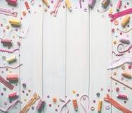 Διάφορες ράβοντας εξαρτήματα, νήματα, κορδέλλες, βελόνες, πλέξιμο και άλλο στα πλαίσια των λευκών πινάκων διάστημα αντιγράφων στοκ εικόνες με δικαίωμα ελεύθερης χρήσης