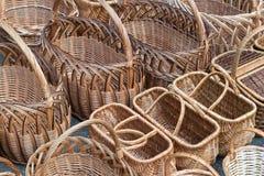 Διάφορες σειρές των ψάθινων καλαθιών Τα καλάθια είναι υφαμένα από τις αμπέλους στοκ εικόνα
