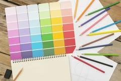 Διάφορες σκιές που χρησιμοποιούνται στο σχέδιο, δημιουργία, εργασία Τοποθετείται σε ένα γραφείο με τα χρωματισμένα μολύβια στοκ εικόνες