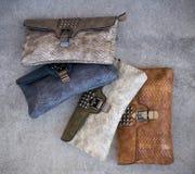 Διάφορες τσάντες στο γκρίζο πάτωμα των διαφορετικών χρωμάτων στοκ φωτογραφίες με δικαίωμα ελεύθερης χρήσης