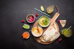 Διάφορες χορτοφάγες ζωηρόχρωμες εμβυθίσεις με το ψωμί pita Στοκ Εικόνα