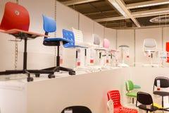 Διάφορες χρωματισμένες καρέκλες στα ράφια Στοκ Φωτογραφία