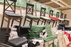 Διάφορες χρωματισμένες καρέκλες στα ράφια Στοκ Εικόνες