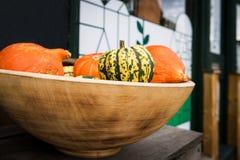 Διάφορες ώριμες κολοκύθες που επιδεικνύονται κατά τη διάρκεια της αγοράς αγροτών Φρέσκες βιο κολοκύθες στο μανάβικο Στοκ φωτογραφία με δικαίωμα ελεύθερης χρήσης