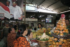 Διάφοροι έμποροι αγοράς Gede γιορτάζουν τη νίκη Στοκ Φωτογραφίες