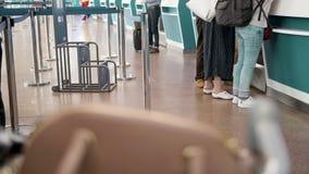 Διάφοροι επιβάτες που στέκονται στη σειρά αναμονής περιμένοντας την εγγραφή εισόδου απόθεμα βίντεο