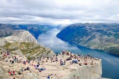 Διάφοροι οδοιπόροι που απολαμβάνουν τα τοπία στη σύνοδο κορυφής του Pulpit βράχου Preikestolen, Νορβηγία στοκ εικόνες