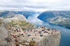 Διάφοροι οδοιπόροι που απολαμβάνουν τα τοπία στη σύνοδο κορυφής του Pulpit βράχου Preikestolen, Νορβηγία στοκ φωτογραφία με δικαίωμα ελεύθερης χρήσης