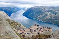 Διάφοροι οδοιπόροι που απολαμβάνουν τα τοπία στη σύνοδο κορυφής του Pulpit βράχου Preikestolen, Νορβηγία στοκ φωτογραφίες με δικαίωμα ελεύθερης χρήσης