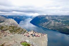 Διάφοροι οδοιπόροι που απολαμβάνουν τα τοπία στη σύνοδο κορυφής του Pulpit βράχου Preikestolen, Νορβηγία στοκ εικόνες με δικαίωμα ελεύθερης χρήσης