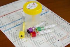 Διάφοροι σωλήνες για το αίμα και δείγματα ούρων με την ιατρική έκθεση στοκ φωτογραφία με δικαίωμα ελεύθερης χρήσης