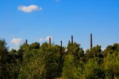 Διάφοροι σωλήνες εργοστασίων χωρίς καπνό Στοκ εικόνες με δικαίωμα ελεύθερης χρήσης