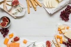 Διάφοροι τύποι τυριών με τα φρούτα στον ξύλινο άσπρο πίνακα με το διάστημα αντιγράφων Τοπ όψη στοκ φωτογραφίες με δικαίωμα ελεύθερης χρήσης