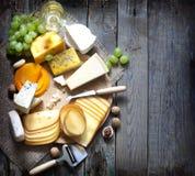 Διάφοροι τύποι τυριών με το κενό διαστημικό υπόβαθρο στοκ φωτογραφία