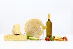 Διάφοροι τύποι τυριών με το κρασί, ντομάτες, βασιλικός, ελιές, ζαμπόν, Στοκ Εικόνες