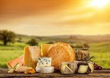 Διάφοροι τύποι τυριών που τοποθετούνται στον ξύλινο πίνακα στοκ φωτογραφία
