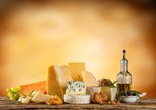 Διάφοροι τύποι τυριών που τοποθετούνται στον ξύλινο πίνακα στοκ φωτογραφίες