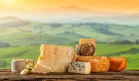 Διάφοροι τύποι τυριών που τοποθετούνται στον ξύλινο πίνακα στοκ εικόνα με δικαίωμα ελεύθερης χρήσης