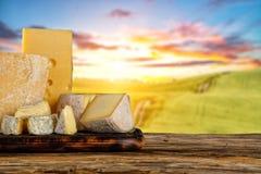 Διάφοροι τύποι τυριών που τοποθετούνται στον ξύλινο πίνακα στοκ εικόνες με δικαίωμα ελεύθερης χρήσης