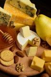 Διάφοροι τύποι τυριών σε έναν αγροτικό ξύλινο πίνακα στοκ εικόνες με δικαίωμα ελεύθερης χρήσης
