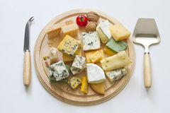 Διάφοροι τύποι τυριών στην άσπρη αφηρημένη ακόμα ζωή στοκ φωτογραφία