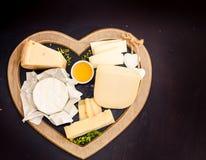 διάφοροι τύποι τυριών στον αγροτικό ξύλινο πίνακα, τυρί αιγών, chevre, padana grana στοκ φωτογραφία με δικαίωμα ελεύθερης χρήσης