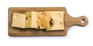 Διάφοροι τύποι τυριών στον ξύλινο πίνακα στοκ εικόνες