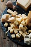 Διάφοροι τύποι τυριών στον πίνακα στοκ φωτογραφία με δικαίωμα ελεύθερης χρήσης