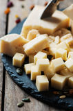 Διάφοροι τύποι τυριών στον πίνακα στοκ εικόνες