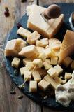 Διάφοροι τύποι τυριών στον πίνακα στοκ φωτογραφίες με δικαίωμα ελεύθερης χρήσης
