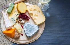 Διάφοροι τύποι τυριών στον τέμνοντα πίνακα στοκ εικόνες με δικαίωμα ελεύθερης χρήσης