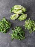 Διάφοροι τύποι φύλλων σαλάτας σε ένα γκρίζο υπόβαθρο στοκ φωτογραφία