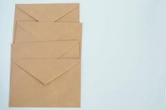 Διάφοροι φάκελοι από το καφετί έγγραφο επιστολών, για την άσπρη κινηματογράφηση σε πρώτο πλάνο υποβάθρου, τη τοπ άποψη Στοκ Φωτογραφίες