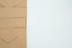Διάφοροι φάκελοι από το καφετί έγγραφο επιστολών, για την άσπρη κινηματογράφηση σε πρώτο πλάνο υποβάθρου, τη τοπ άποψη Στοκ εικόνες με δικαίωμα ελεύθερης χρήσης