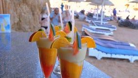 Διάφοροι φρέσκοι εξωτικοί κοκτέιλ ή χυμοί στο γυαλί με το άχυρο στο φραγμό παραλιών Αίγυπτος, Ερυθρά Θάλασσα απόθεμα βίντεο