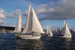 Διάφορος - μεγέθους sailboats φυλή στην ένωση λιμνών Στοκ εικόνες με δικαίωμα ελεύθερης χρήσης
