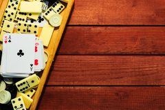 Διάφορος πίνακας σκακιού επιτραπέζιων παιχνιδιών, κάρτες παιχνιδιού, ντόμινο στοκ εικόνες