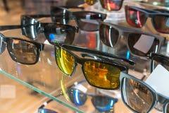 Διάφορος των γυαλιών ήλιων στα ράφια επίδειξης καταστημάτων Στοκ φωτογραφία με δικαίωμα ελεύθερης χρήσης