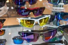 Διάφορος των γυαλιών ήλιων στα ράφια επίδειξης καταστημάτων Στοκ Φωτογραφία